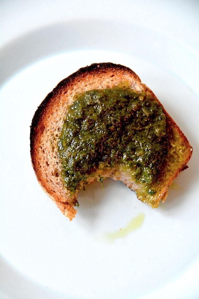 グリーンソースとライ麦パン2650