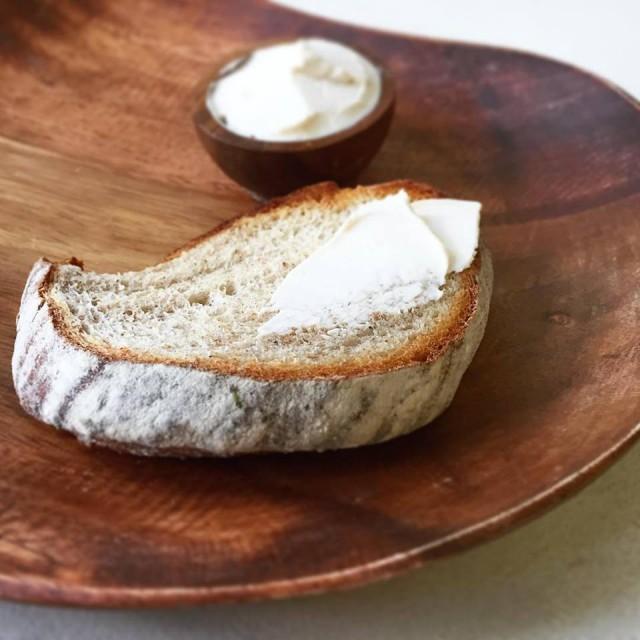 ヴィーガンチーズとライ麦パン