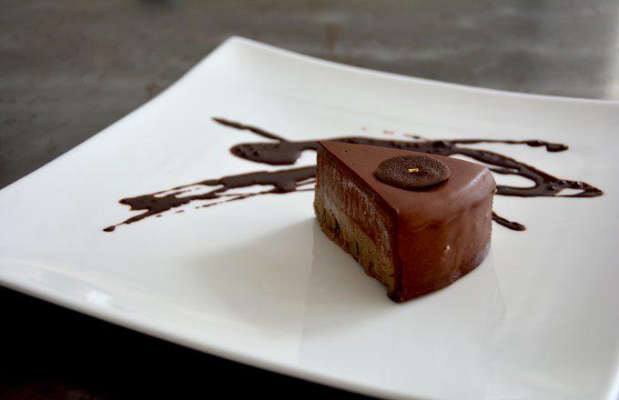 ロー・アールグレイムース&チョコレートガナッシュケーキの販売を開始いたしました。